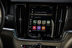 MOSKVA RYSSLAND - MAJ 3, 2017 VOLVO V90 ARGT LAND, inre sikt Prov av det nya Volvo V90 arga landet Denna bil är AWD SUV med Arkivfoton