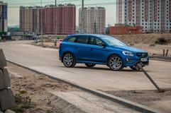 MOSKVA RYSSLAND - MAJ 20, 2017 VOLVO XC60 POLESTAR, framdel-sida sikt Prov av den nya Volvo XC60 polestaren Denna bil är AWD över Arkivfoto