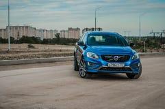 MOSKVA RYSSLAND - MAJ 20, 2017 VOLVO XC60 POLESTAR, framdel-sida sikt Prov av den nya Volvo XC60 polestaren Denna bil är AWD över Royaltyfri Bild