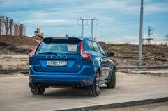 MOSKVA RYSSLAND - MAJ 20, 2017 VOLVO XC60 POLESTAR, framdel-sida sikt Prov av den nya Volvo XC60 polestaren Denna bil är AWD över Arkivbilder
