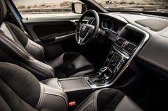 MOSKVA RYSSLAND - MAJ 20, 2017 VOLVO XC60 POLESTAR, ineriorsikt Prov av den nya Volvo XC60 polestaren Denna bil är AWD kompakt cr Arkivbild