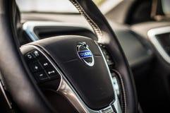 MOSKVA RYSSLAND - MAJ 20, 2017 VOLVO XC60 POLESTAR, ineriorsikt Prov av den nya Volvo XC60 polestaren Denna bil är AWD kompakt cr Arkivfoton