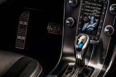 MOSKVA RYSSLAND - MAJ 20, 2017 VOLVO XC60 POLESTAR, ineriorsikt Prov av den nya Volvo XC60 polestaren Denna bil är AWD kompakt cr Arkivfoto