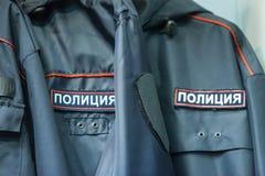 MOSKVA RYSSLAND - MARS 20, 2018: Övervaka kläder i ett specialiserat lager-lager av polisen och militära likformig Arkivfoton
