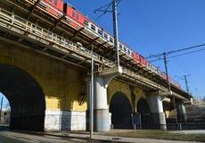 Moskva Ryssland - mars 10 2016 Andronicus viadukt över floden Yauza Arkivbild