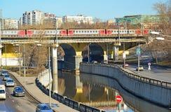 Moskva Ryssland - mars 10 2016 Andronicus viadukt över floden Yauza Royaltyfri Fotografi