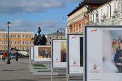 Moskva Ryssland - mars 14, 2016 annonsera Moskvapåskfestivalen RZD på fyrkantigt framme av den Kazansky stationen Royaltyfri Foto