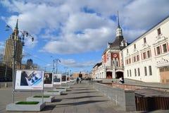 Moskva Ryssland - mars 14, 2016 annonsera Moskvapåskfestivalen RZD på fyrkantigt framme av den Kazansky stationen Arkivfoton
