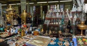 Moskva Ryssland - mars 19, 2017: Antik marknad med gamla flaskor av olika format, porslinstatyetter och brons Royaltyfria Foton