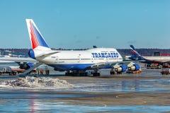 MOSKVA RYSSLAND - MARS 22, 2012: Boeing 747 av Transaero på Arkivfoton