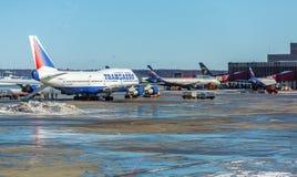 MOSKVA RYSSLAND - MARS 22, 2012: Boeing 747 av Transaero på Fotografering för Bildbyråer