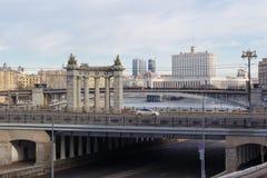 Moskva Ryssland - mars 25, 2018: Byggnad av det regerings- huset för rysk federation mot bakgrunden av broar över Moskvaen arkivfoto