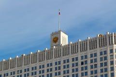 Moskva Ryssland - mars 25, 2018: Byggnad av det regerings- huset för rysk federation på en bakgrund för blå himmel Arkivbilder