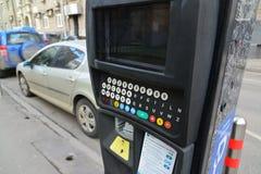 Moskva Ryssland - mars 14, 2016 closeup för parkeringsbetalningmaskin Arkivfoto