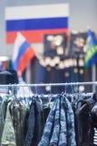 MOSKVA RYSSLAND - MARS 20, 2018: Ett specialiserat lager-lager för polisen och militära likformig såväl som gradbeteckning för tj Royaltyfria Bilder