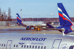 MOSKVA RYSSLAND - MARS 22, 2012: Flygbuss A320 av Aeroflot på Royaltyfri Foto