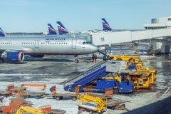 MOSKVA RYSSLAND - MARS 22, 2012: Flygbuss A320 av Aeroflot på Royaltyfri Bild