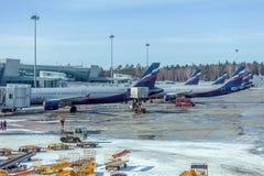 MOSKVA RYSSLAND - MARS 22, 2012: Flygbuss A320 av Aeroflot på Arkivbild