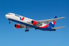 Moskva Ryssland - mars 26, 2019: Flygplan Boeing 767-3Y0ER VP-BUY av Azur Air mot blå himmel i den soliga morgonen som går till a royaltyfri foto