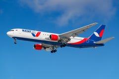 Moskva Ryssland - mars 26, 2019: Flygplan Boeing 767-3Y0ER VP-BUY av Azur Air mot blå himmel i den soliga morgonen som går till a arkivfoton