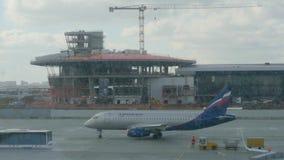 Moskva Ryssland - mars 21, 2019: flygplan som ?ker taxi f?r att ta av p? landningsbana i avvikelseflygplatsterminal passagerare arkivfilmer