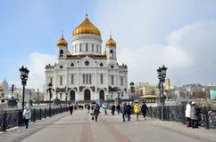 Moskva Ryssland, mars, 20, 2016, folk som går nära domkyrka av Kristus frälsaren i Moskva Arkivfoton