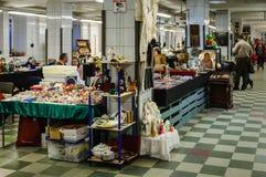 Moskva Ryssland - mars 19, 2017: Gamla objekt på försäljning på loppmarknaden, tabellen och hyllor med tappningjulpynt Royaltyfri Bild