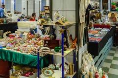 Moskva Ryssland - mars 19, 2017: Gamla objekt på försäljning på loppmarknaden, tabellen och hyllor med tappningjulpynt Royaltyfria Bilder