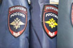MOSKVA RYSSLAND - MARS 20, 2018: Hängare med formen av polisen i ett specialiserat lager-lager av polisen och militära likformig Royaltyfri Foto