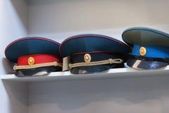 MOSKVA RYSSLAND - MARS 20, 2018: Lock på hyllan av ett specialiserat lager-lager av polisen och militära likformig Arkivbilder