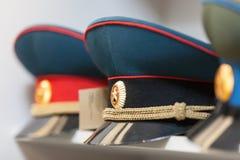 MOSKVA RYSSLAND - MARS 20, 2018: Lock på hyllan av ett specialiserat lager-lager av polisen och militära likformig Royaltyfri Bild