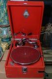 Moskva Ryssland - mars 19, 2017: Röd grammofon för tappning som är till salu på den antika marknaden Gammal skivspelare som göras Royaltyfri Bild