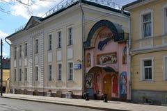 Moskva Ryssland - mars 14, 2016 Razguliay restaurang och evangelikalt samhälle för hussareptskoj på gatan Spartakovskaya royaltyfria foton