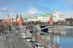 Moskva Ryssland, mars, 20, 2016, rysk plats: bilar near Moskva kremlin Arkivbilder