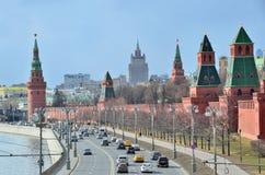 Moskva Ryssland, mars, 20, 2016 Rysk plats: bilar near Moskva kremlin Fotografering för Bildbyråer