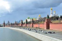 Moskva Ryssland, mars, 20, 2016, rysk plats: bilar near Moskva kremlin Royaltyfri Fotografi