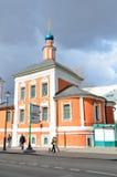 Moskva Ryssland, mars, 20, 2016, rysk plats: folk som går nära kyrkan av St Nicholas på Maroseyka Arkivbild