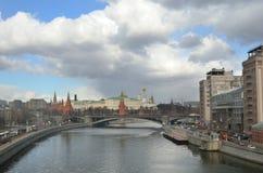Moskva Ryssland, mars, 20, 2016, rysk plats: Moskva kremlin i regn och snö Arkivbild