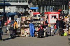 Moskva Ryssland - mars 10 2016 Sale av tidningar och tidskrifter på den Kursk stationen kvadrerar Arkivfoto