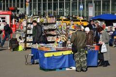 Moskva Ryssland - mars 10 2016 Sale av tidningar och tidskrifter på den Kursk stationen kvadrerar Arkivbild