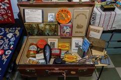 Moskva Ryssland - mars 19, 2017: Samling av matpackar och antikviteter för tappning USSR på loppmarknaden Arkivfoton