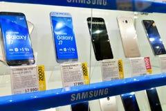 Moskva Ryssland - mars 17 2018 Samsung mobiltelefoner shoppar in fönstret i handel in Royaltyfria Foton