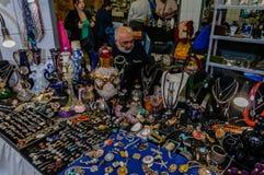 Moskva Ryssland - mars 19, 2017: Shoppa med billiga smycken, pärlor, hängear, örhängen och smycket för kvinna` s på loppmarknaden Royaltyfri Bild