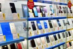 Moskva Ryssland - mars 17 2018 Ställa ut med olika mobiltelefoner shoppar in handel in Royaltyfria Bilder