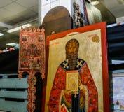 Moskva Ryssland - mars 19, 2017: Stor antik symbol av det ortodoxa helgonet Hypatius av Gangra som är till salu på loppmarknaden Royaltyfria Bilder