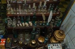 Moskva Ryssland - mars 19, 2017: Tabell på loppmarknaden med antika flaskor av olika format och färger Arkivbilder