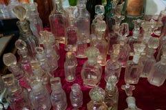 Moskva Ryssland - mars 19, 2017: Tabell på loppmarknaden med antika flaskor av olika format och färger Royaltyfri Bild