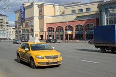 Moskva Ryssland - mars 14, 2016 Taxi till den trädgårds- cirkeln runt om köpcentrumhjärtförmak Fotografering för Bildbyråer