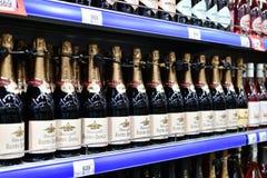 Moskva Ryssland - mars 18 2018 vin Abrau Durso på det Perekrestok lagret Arkivbild