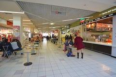 MOSKVA RYSSLAND - 04 20 2015 matdomstol i den stora köpcentret Ladia i Mitino Arkivfoto